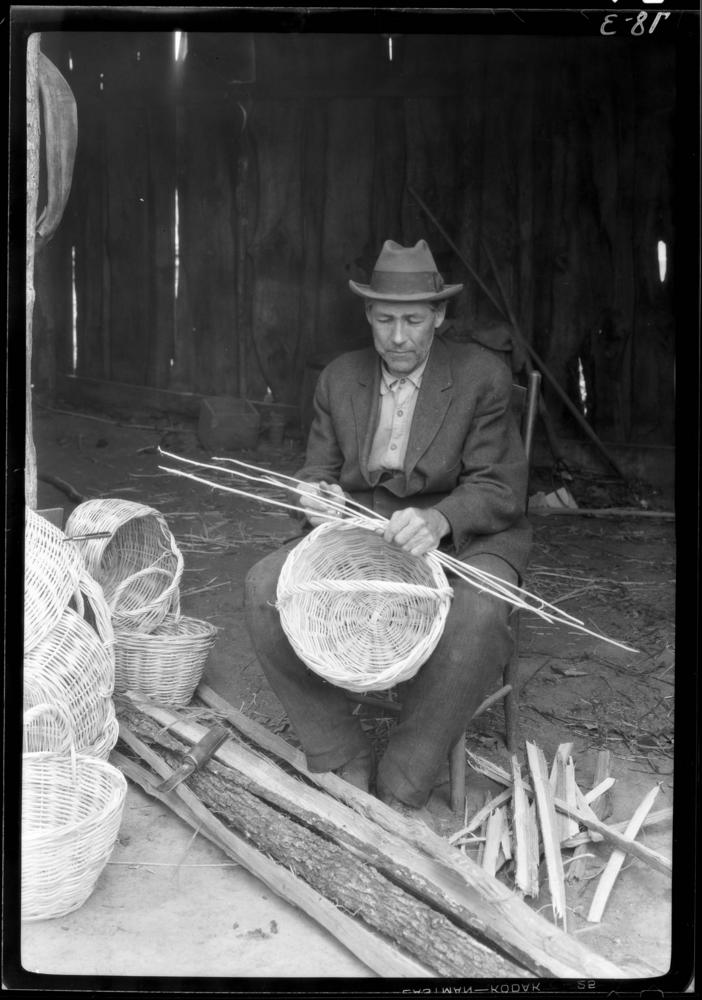 Title: John Bohall at work Date: 1927-11-04 Call number: 5x7, Box 78, Item 3 Hohenberger's Subject:	 5x7 Names:	 Bohall, John Location:	 Brown County (Ind.) Topic:	 Basket making Basket makers Baskets Size:	 5x7